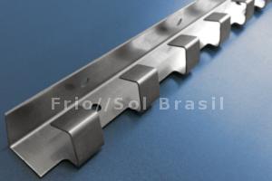 Trilhos e pendurais em aço inox para fixar cortinas de PVC Frio//Sol